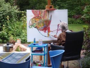 Ali Kolman schildert in de tuin in Hoorn, 2010