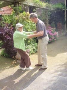 de fysiotherapeut leert mijn moeder lopen in de achtertuin