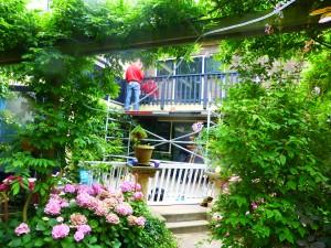 Mebumannen plaatsen het balkonhek