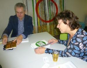 drukker en uitgever aan tafel