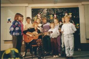 Inge met haar klas en gitaar, 'ooit'