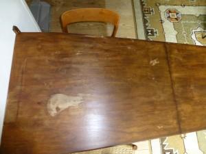 antieke tafel vol vlekken van mijn moeder
