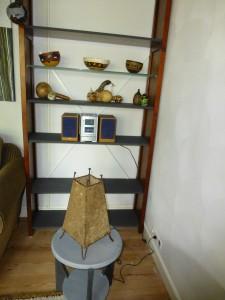 nog een boekenkast met de planken in graphite en het bijzettafeltje ook