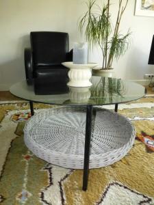 oud tafeltje en de mand met krijtverf opgepimpt