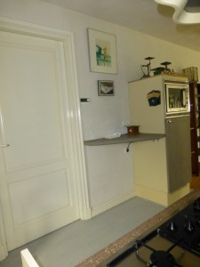koelkast en plank in de krijtverf