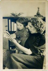 mijn moeder en ik in ons huisje in Westkapelle