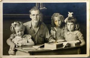 Jan Vellinga met drie leerlingen, dorpsschool Westkapelle jaren '50