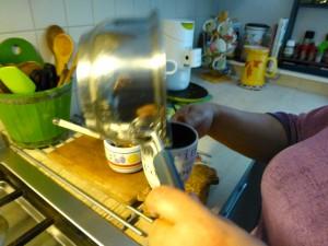 giet olie in een kopje