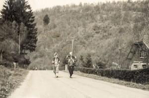 bij papa en mama op de rug na een lange wandeling - Ardennen