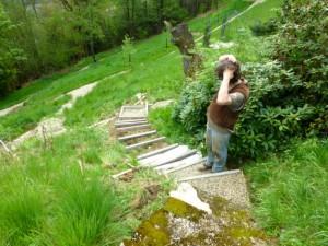 Kees die een trap maakt in onze steile tuin