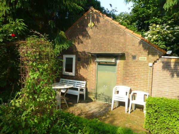 mijn huisje met oud raam en oude deur die niet open kon