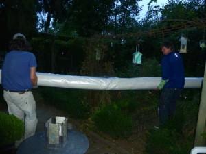 Hans en Kees vervoeren de sisal vloerbedekking naar achteren